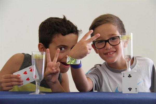 מאות קוסמים צעירים, בחוג הקוסמים הטוב בישראל